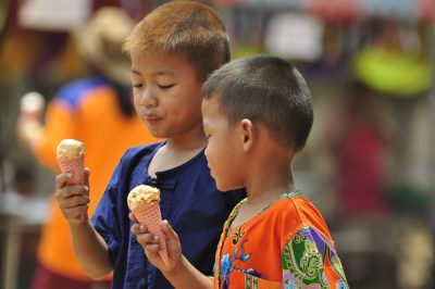 thai_boys_eating_icecream2